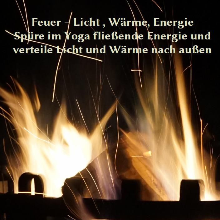 Foto von einem Feuer mit Funkenflug in der Nacht mit folgendem Text: Metall – glatt kühl glänzend Du bist mal biegsam mal stabil Spüre Ruhe und Gelassenheit zeig Deinen Glanz, fühl dich gestützt – sei Stütze