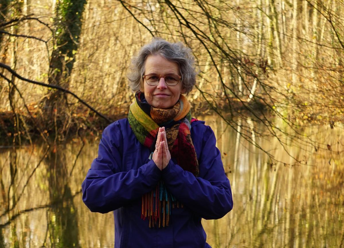 Susanne Koch, die Hände zum Yogagruß gefalltet