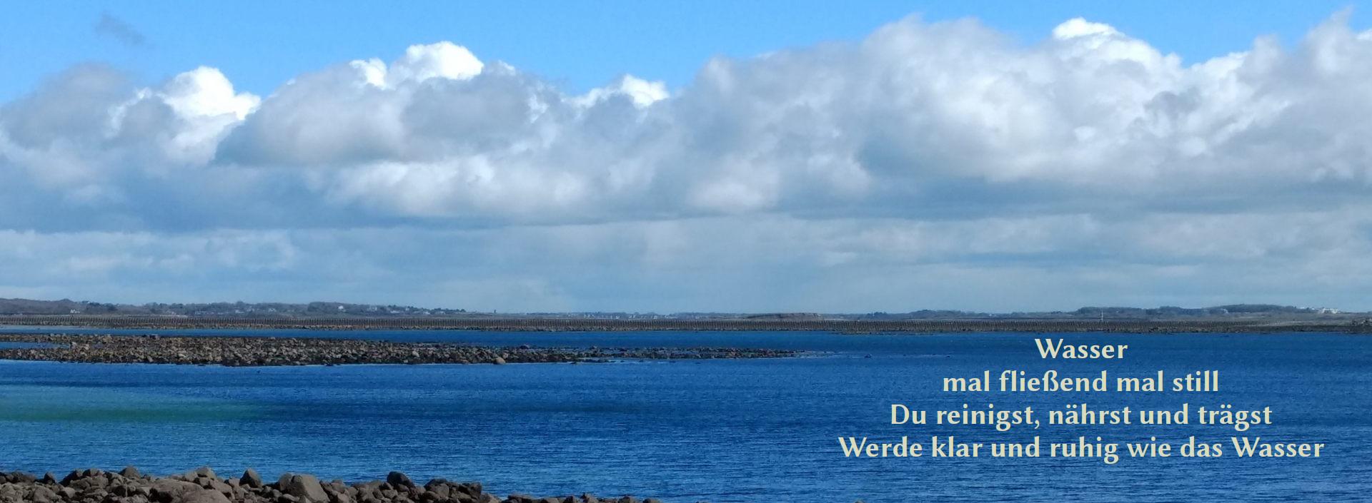 Foto der irischen See mit folgendem Text: Wasser mal fließend mal still Du reinigst, nährst und trägst Werde klar und ruhig wie das Wasser