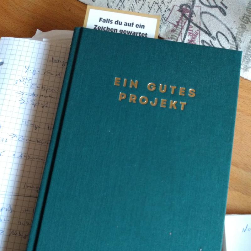 """Bild des Buches """"Ein gutes Projekt"""". Das Buch dient dazu Ziele zu formulieren und sich für das eigene Projekt zu motivierten.Das Buch ist grün mit goldener Aufschrift."""