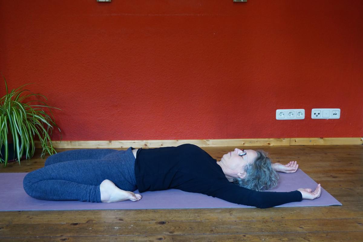 Susanne in der Yin Yoga Position Sattel.