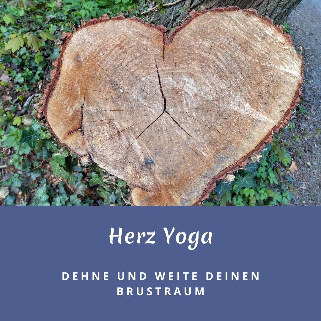 """Das Bild zeigt einen Baumstumpf in Herzform und trägt die Aufschrift """"Herz Yoga"""" Dehne und Weite deinen Brustraum"""