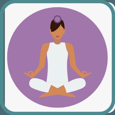Das Foto zeigt eine gezeichnete Frau im Yogasitz in Violett ist das Sahasrara Chakra markiert.