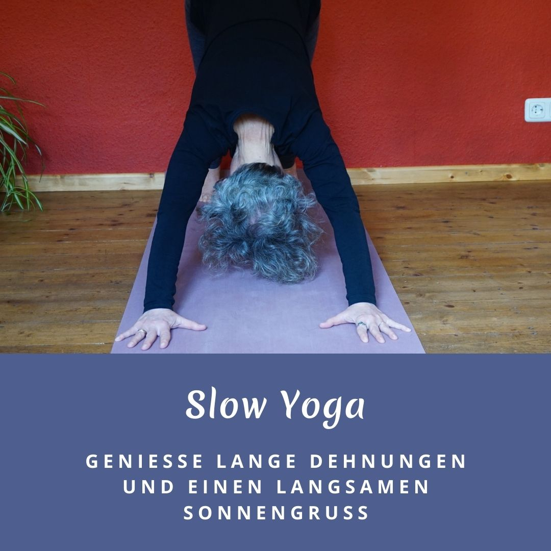 """Susanne in der Yogaposition """"herabschauender Hund"""". Das Bild trägt die Aufschrift: Slow Yoga, genieße lange Dehnungen und einen langsamen Sonnengruß"""