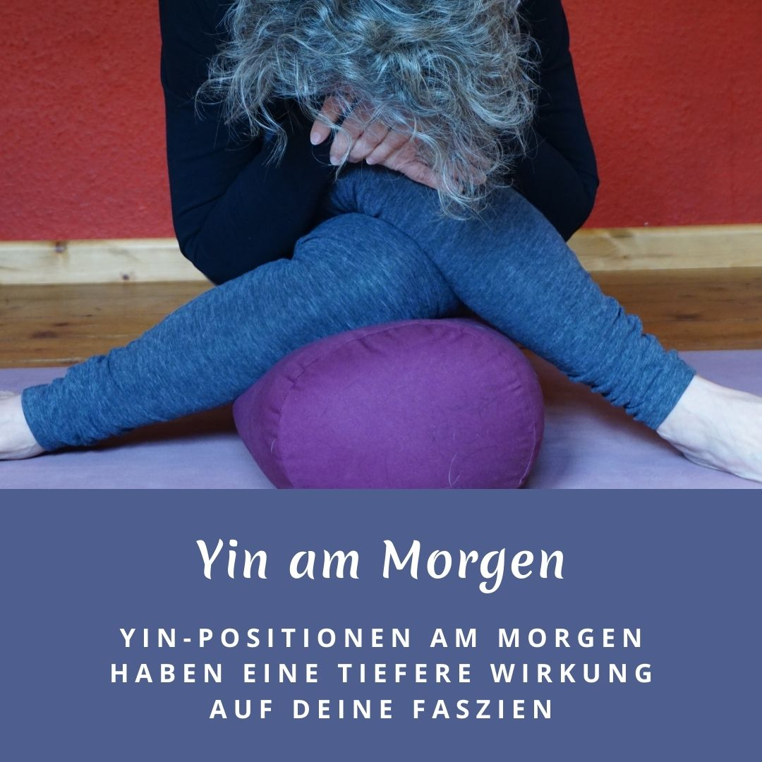 """Susanne in der Yinposition """"Schnürsenkel"""". Das Bild trägt die Aufschrift: Yin am Morgen, Yin-Positionen am Morgen haben eine tiefere Wirkung auf deine Faszien"""