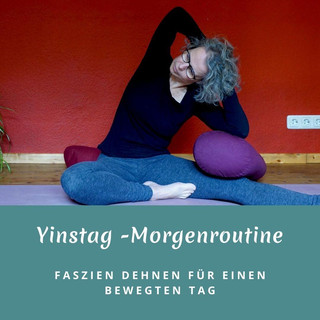 """Susanne in der Yinposition """"Seitbeuge im halben Schmetterling"""" das Bild trägt die Aufschrift Yinstag - Morgenroutine, Faszien dehnen für einen bewegten Tag"""