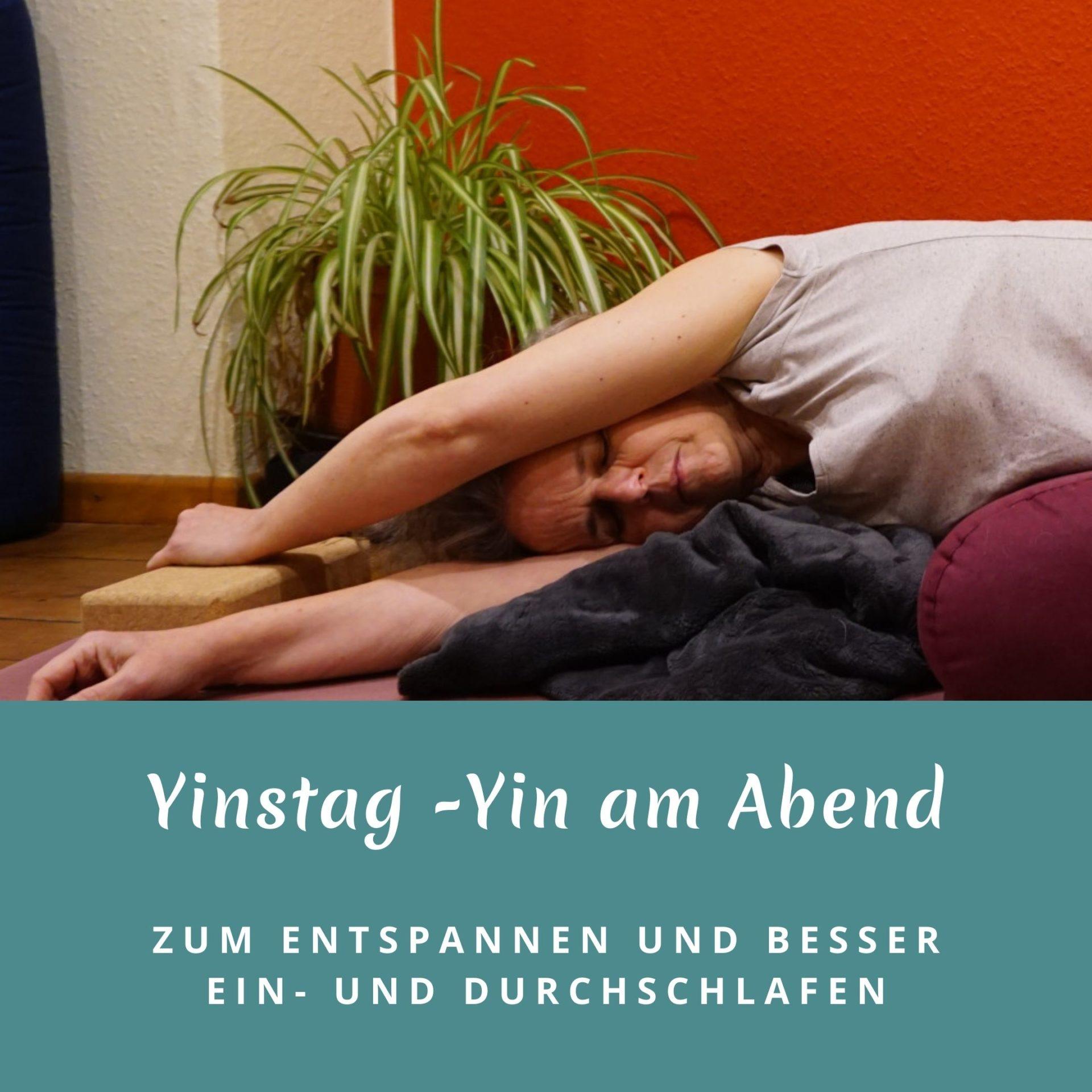 """Susanne in der Yinposition """"liegende Banane"""" Das Bild trägt die Aufschrift: Yinstag - Yin am Abend, Zum Entspannen und besser ein- und Durchschlafen"""