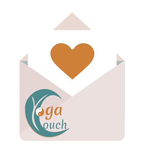 das Bild zeigt einen Briefumschlag. Innen steckt ein Brief mit einem Herz.