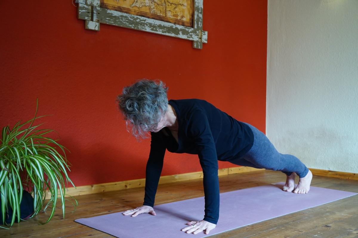 Susanne in der Yogahaltung Liegestütz