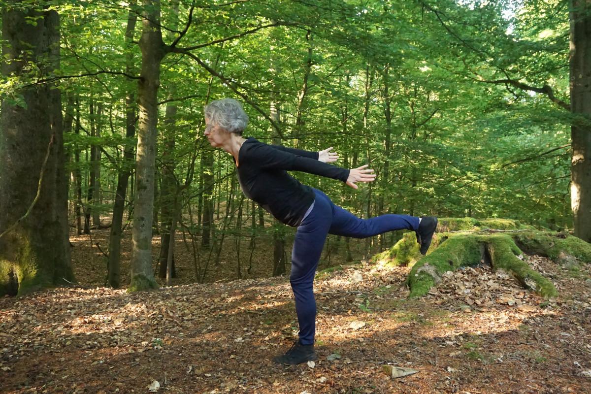 """Susanne im Wald in der Position """"Krieger 3"""""""