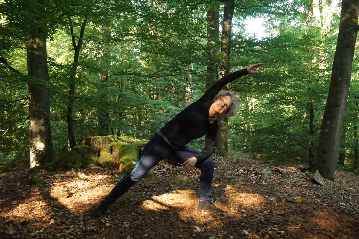 """Susanne im Wald in der Yogaposition """"gestreckter Seitwinkel"""""""