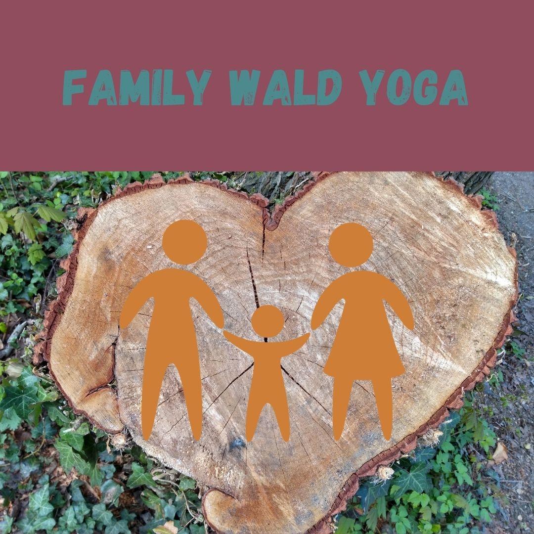 """Das Bild zeigt einen Baumstumpf in Herzform. Darauf ist eine Familie gezeichnet. Ober steht """"Family Wald Yoga"""""""