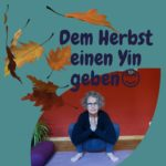 """Das Foto zeigt Susanne in der Yinposition """"Hocke"""" das Foto hat die Form einen Blattes. Als Test ist """"Dem Herbst einen Yin geben"""" aufgedruckt. Von oben fallen herbslich gefärbte Blätter in das Bild."""