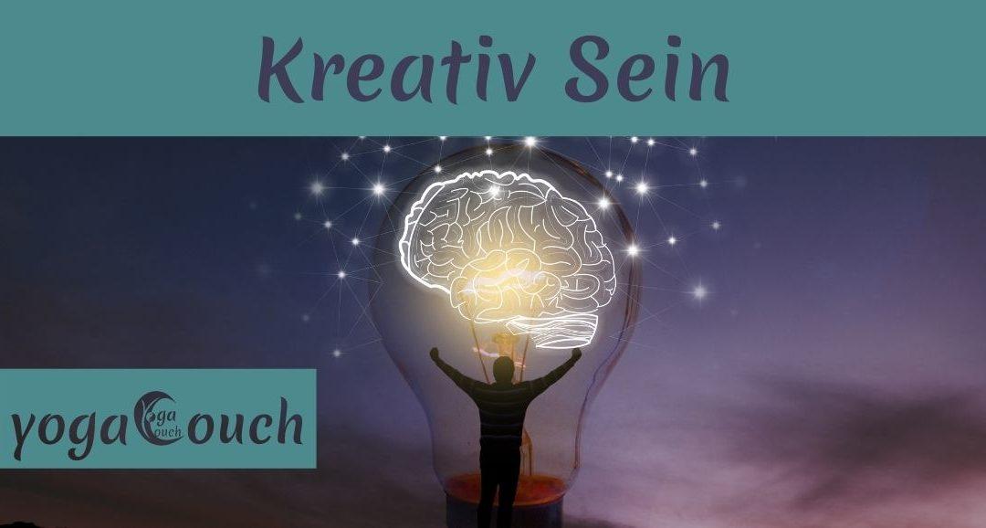 """Das Foto zeigt eine Glühhbirne deren Licht ein Gehirn darstellt. Davor steht ein Mensch mit ausgebreiteten Armen. Das Bild illustriet Kreativität und ist überschrieben mit """"Kreativ sein"""""""