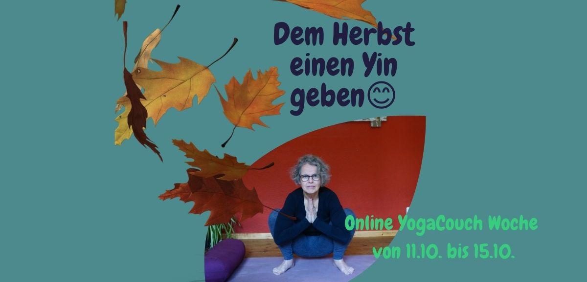 Foto von Susanne in der Yinposition Hocke. In das Foto fallen herbstliche Blätter. Der Titel ist: dem Herbst einen Yin geben. Es ist Werbung für die Online YogaCouch Woche vom 11.10 - 15.10.21