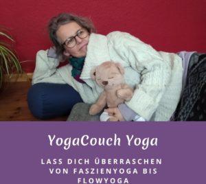 """Susanne auf einem Yogabolster liegend mit dem """"Yogibär"""" im Arm. Das Bild trägt die Aufschrift: YogaCouch Yoga - Lass dich überraschen - von Faszienyoga bis Flowyoga"""